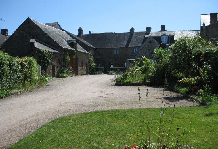 Historic Chateau Town Location : Large Trading B&B with 2 Gîtes and with Large Stone Barns, Garages, Gardens, Terrace, and off Road Parking.  Easy Scope to Expand This Business Further. Total plot size in all 1545sqm plot size